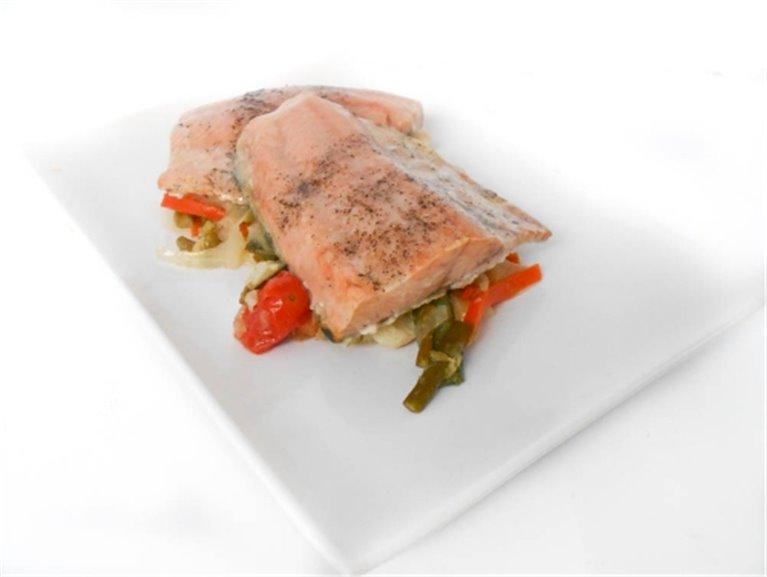 Salmón al horno con guarnicion de verduras