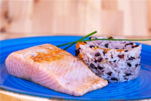 Salmón con arroz bicolor