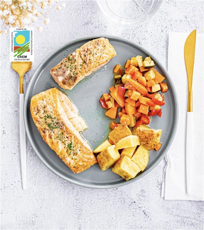 Salmón noruego sostenible a la naranja con patatas y verduras de temporada