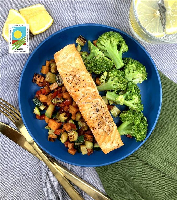 Salmón noruego sostenible con verduras de temporada