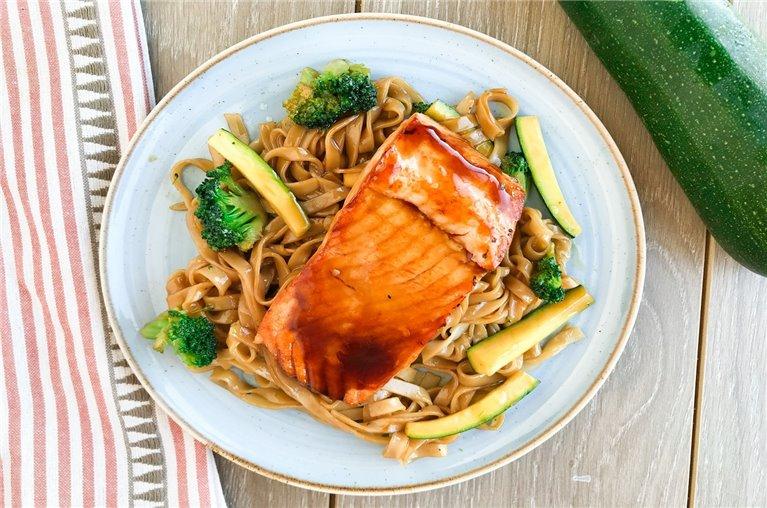 Salmón teriyaki con noodles de verduras