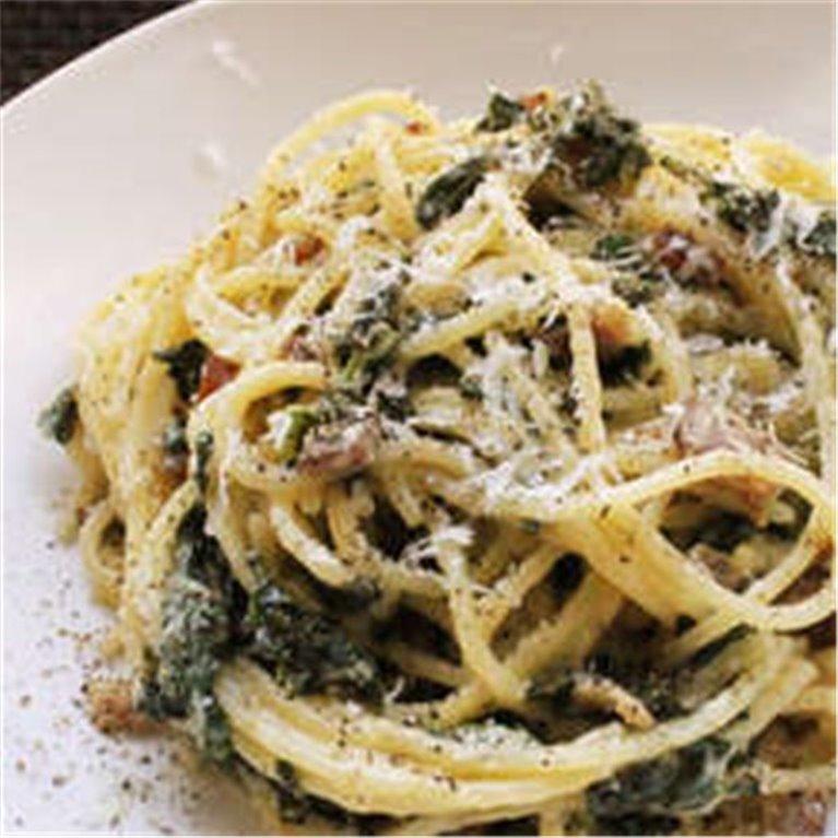 Spaghetti con anchoas, tapenade y tomate concassé