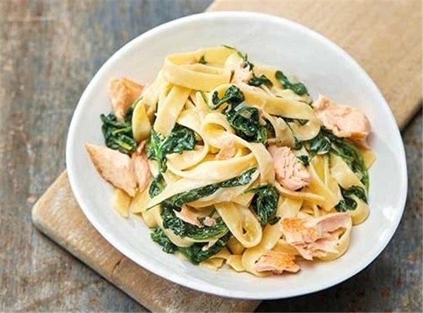 Tagliatelle con salmón y espinacas