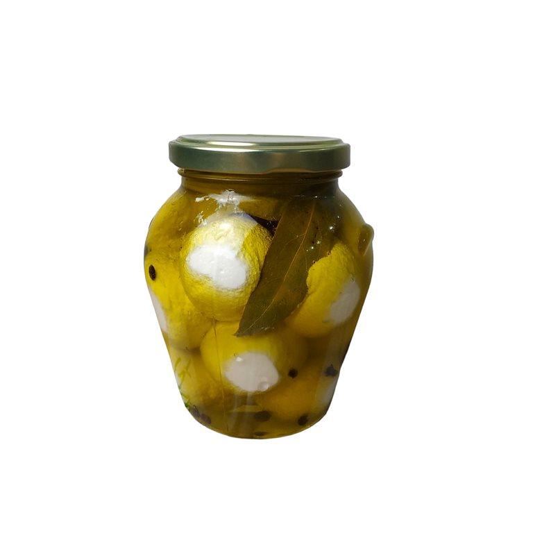 Tarro de queso curado de oveja cortado en taquitos en aceite de oliva virgen extra