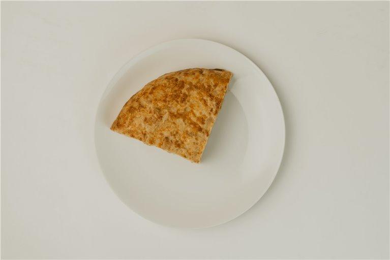 Tortillón de patatas con chorizo ibérico en cuartos