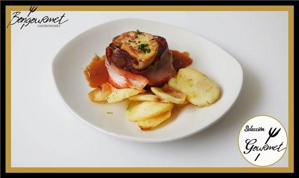 Tournedó rossini con foie sobre lecho de patatas