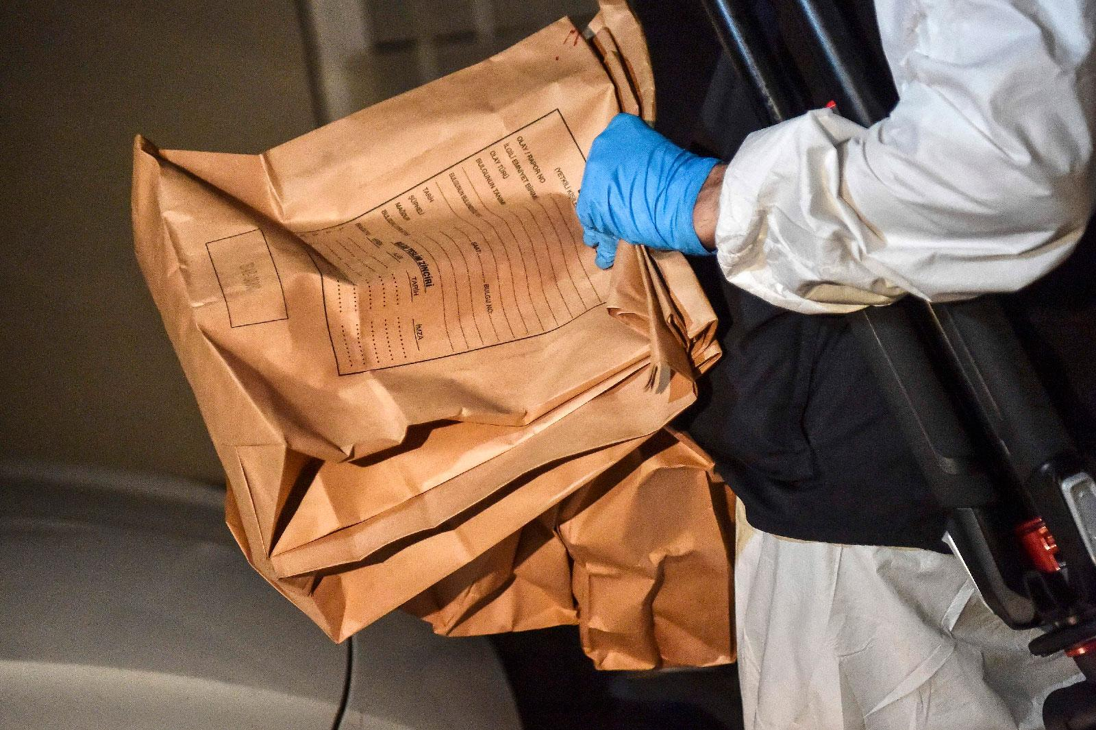 A Turkish forensic police officer carries evidence packs while he leaves the Saudi Arabian Consulate on October 18, 2018 in Istanbul.
