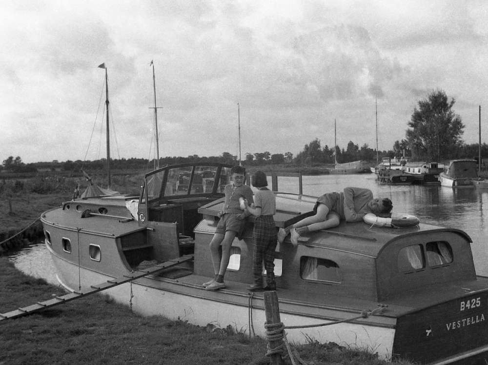 015o Broads 58 neg Roy Geoff Val Potter Heigham.jpg