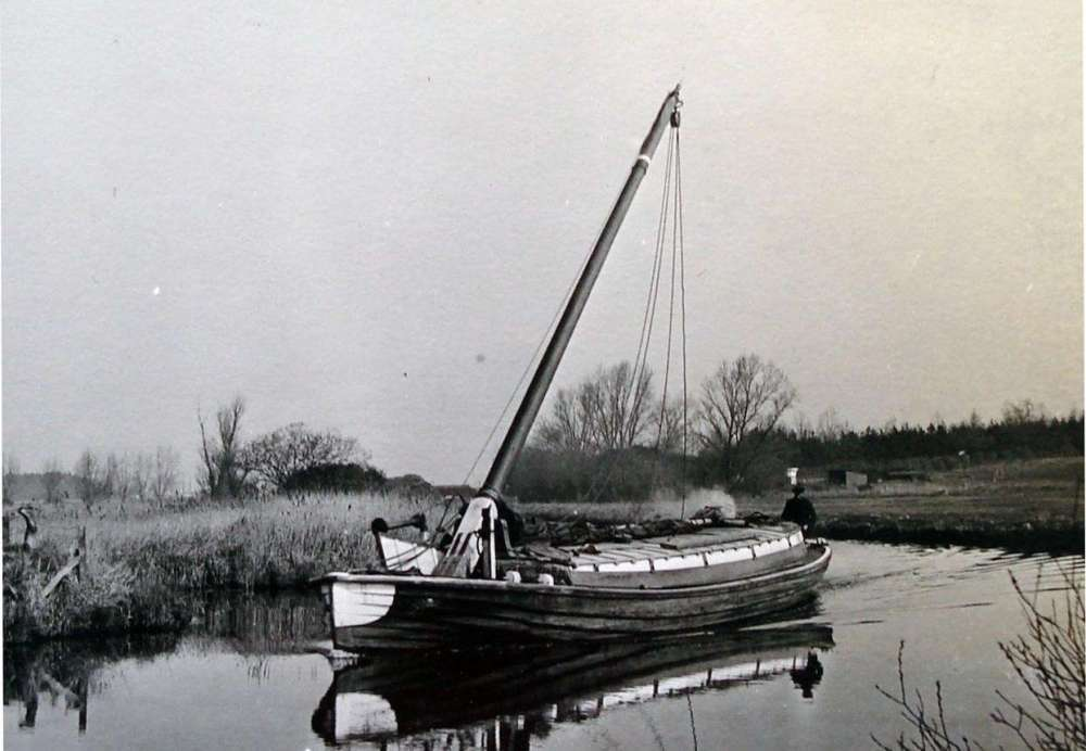 Norfolk Wherry mast tipped.jpg