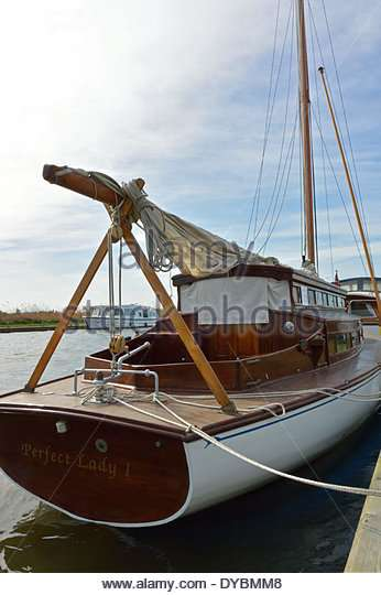 broads-sailing-cruiser-perfect-lady-1-built-1935-moored-at-herbert-dybmm8[1].jpg