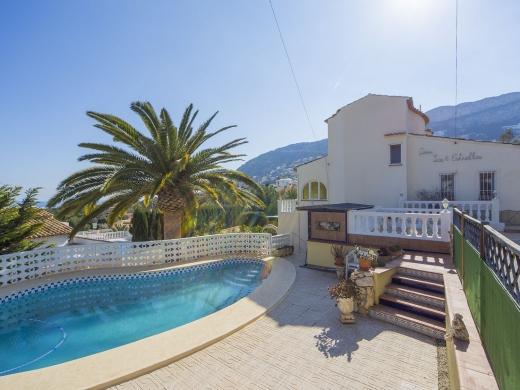 5 bed villas / chalets in Calpe