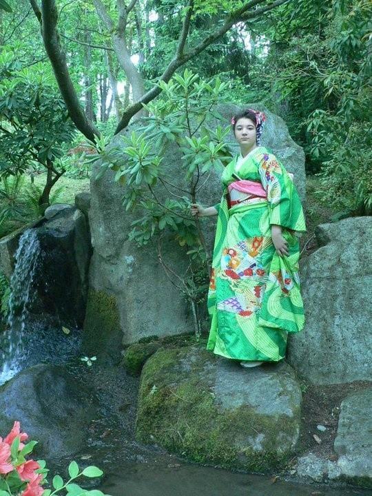 Dancer in green Kimono