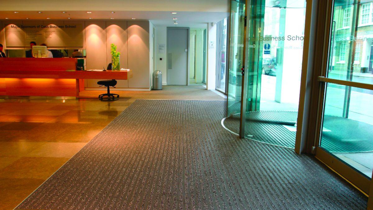 Los pavimentos de Plastex para edificios comerciales son resistentes a deslizamientos y están diseñados para soportar un gran flujo de circulación.