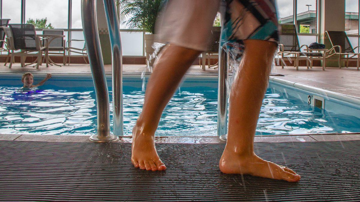 Los pavimentos de drenaje de Plastex son ideales para pies descalzos, en entornos como piscinas y vestuarios.