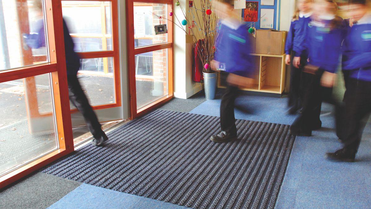 Los pavimentos de Plastex para entornos educativos están diseñados para conservar la limpieza de colegios, universidades y facultades.