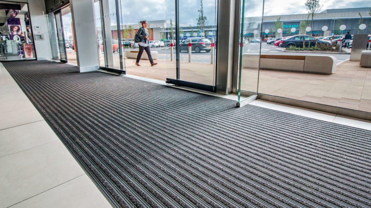 Los pavimentos para comercios de Plastex garantizan la seguridad, limpieza e higiene de centros comerciales.