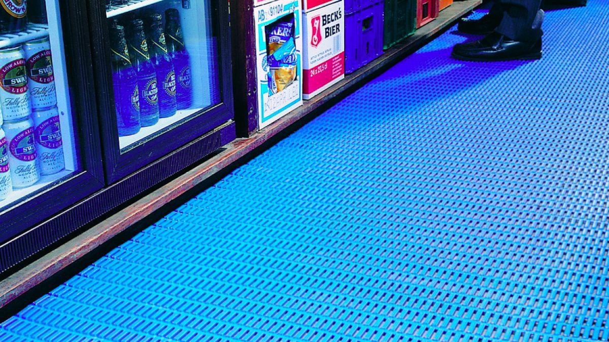 Los pavimentos de Plastex resistentes a vertidos cuentan con superficies con relieve resistentes a deslizamientos y una malla abierta para facilitar el drenaje.