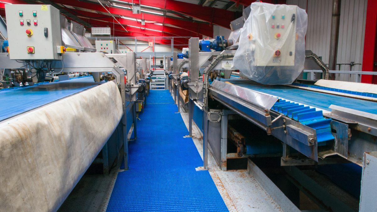 Los pavimentos para entornos laborales de Plastex cuentan con propiedades antideslizantes y antifatiga.