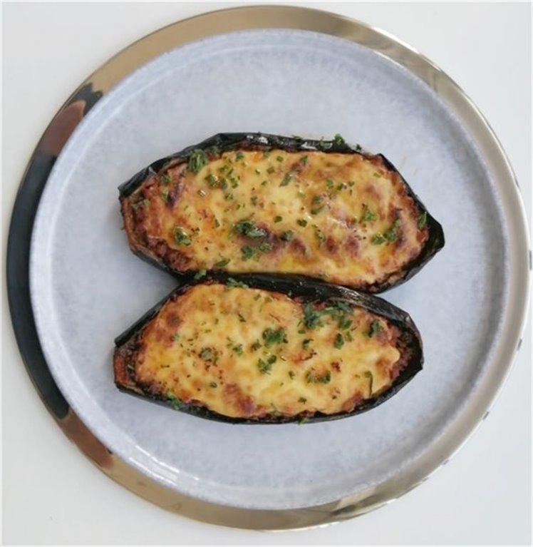 Berenjenas rellenas de ternera, gratinadas con queso manchego.