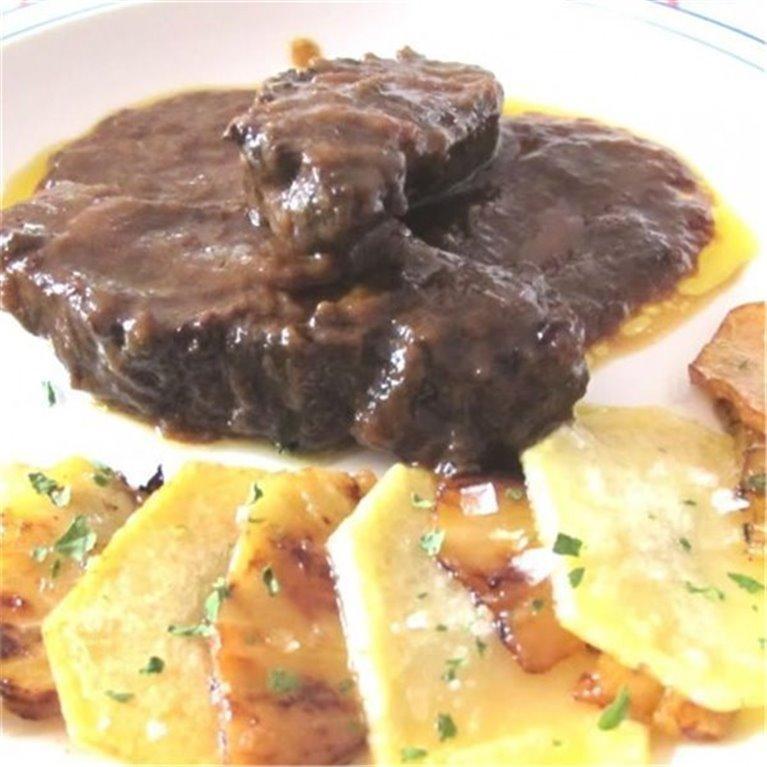 Carrilleras de Cerdo en Salsa con Patatas Horneadas