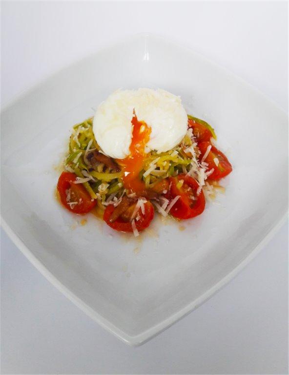 Espaguetis de calabacin, cherrys al ajo, huevo escalfado y parmesano