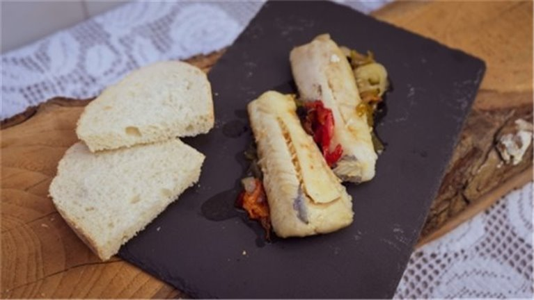 Lomo de Merluza al horno sobre cama de verduras horneadas
