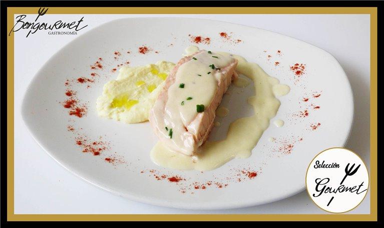 Lomo  salmón sobre parmentier de patatas y salsa cava
