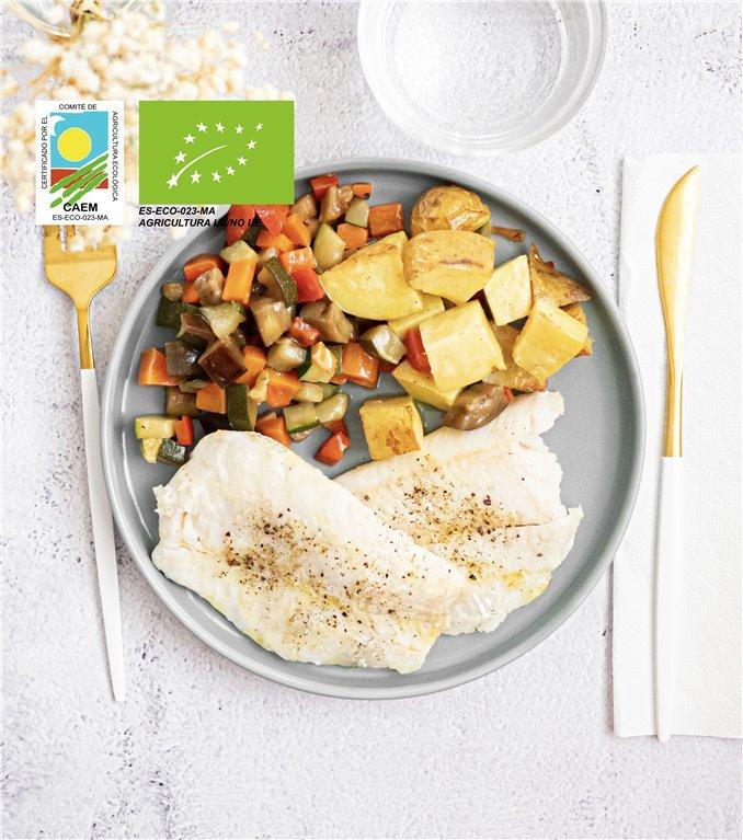 Merluza sostenible con patatas y verduras de temporada