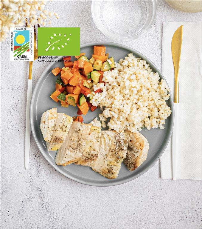 Pechuga de pollo con arroz integral y verduras de temporada