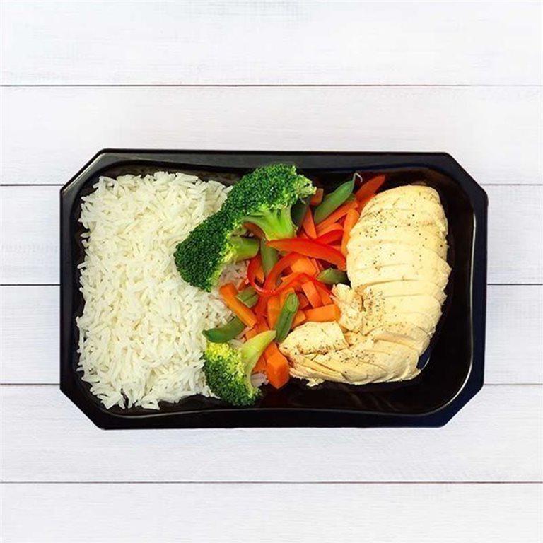 Pechuga de pollo con arroz y vegetales