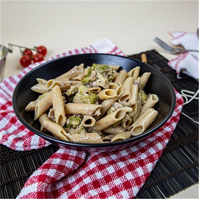 Penne proteico PY con salsa de brócoli y dátil