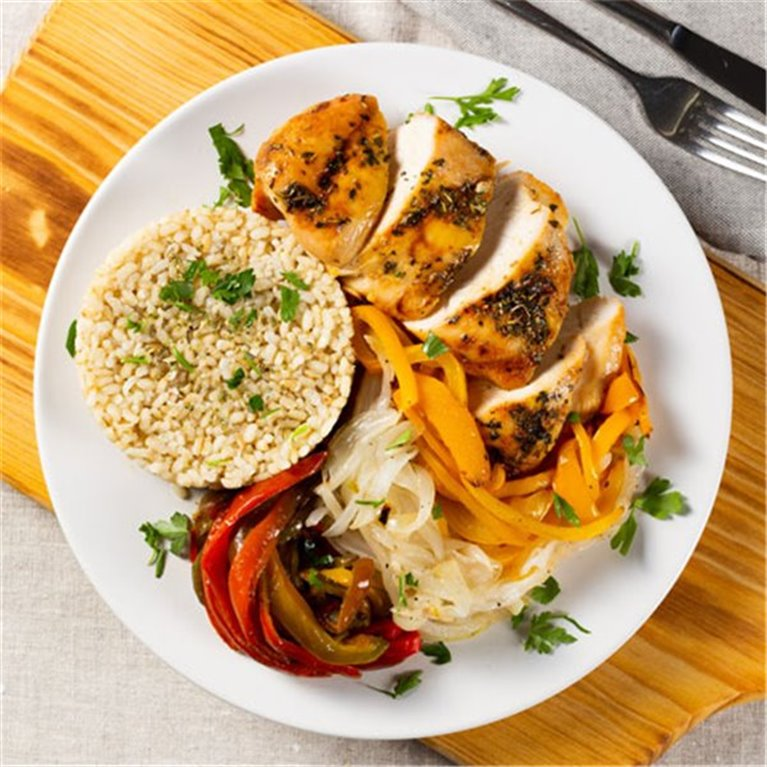 Pollo Cajún con arroz integral y verduras