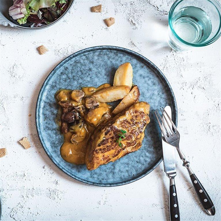 Solomillo de cerdo en salsa de boletus con patatas gajo