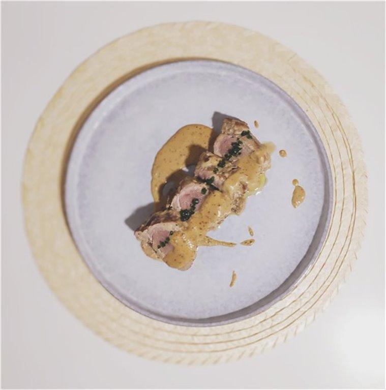 Solomillo de cerdo ibérico con salsa de mostaza antigua