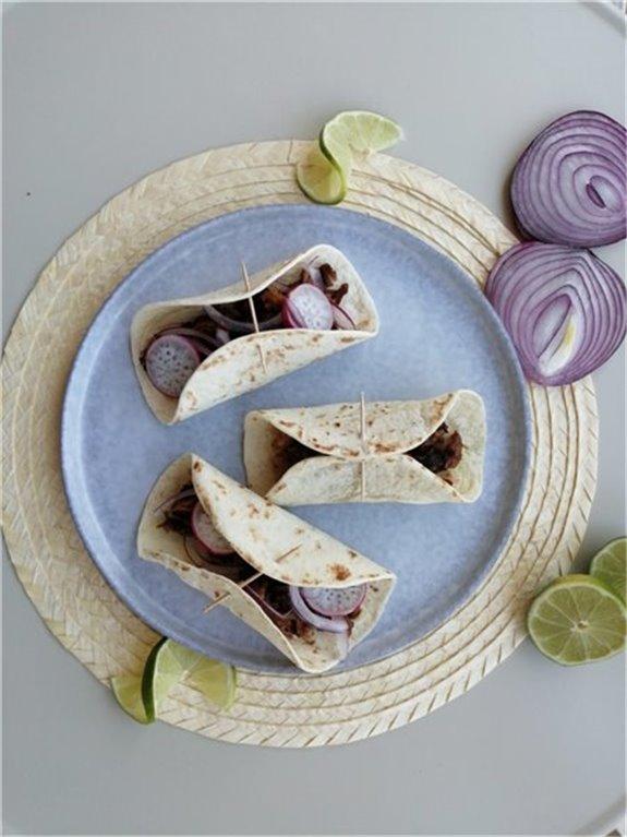 Tacos de costilla asada a baja temperatura(Acompañado de pan, lima y cebolla)