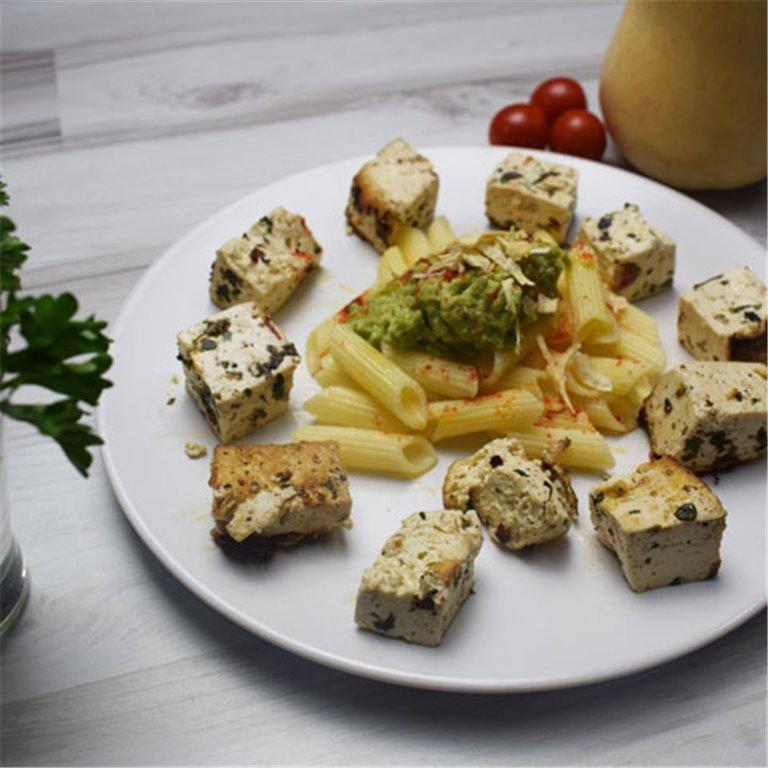 Tofu ecológico con pasta y aguacate