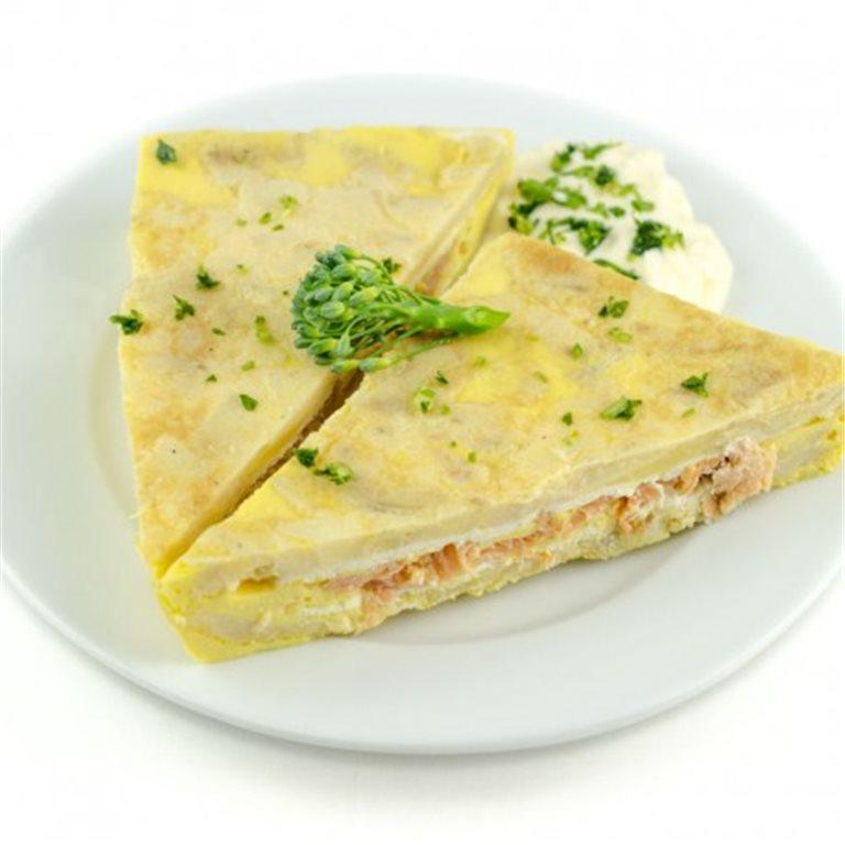 Tortilla rellena de salmón ahumado y queso