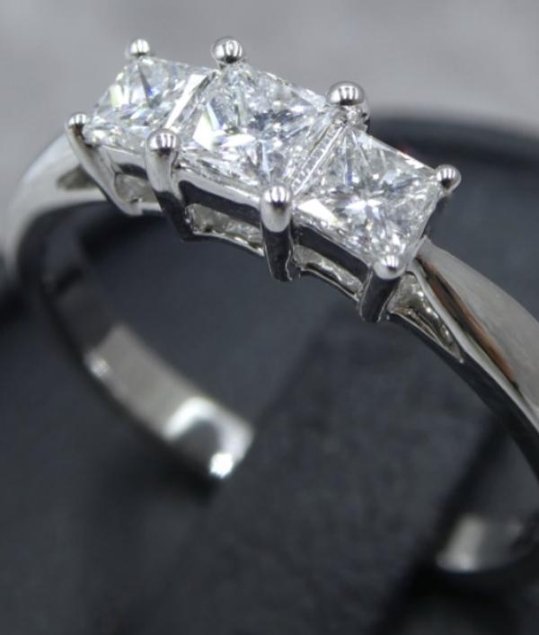 diamond-ring-worth-£2000!-16083.png