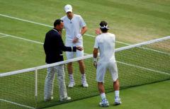 Murray and Federer start the match with umpire