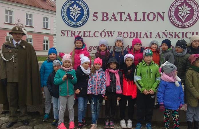 Uczniowie klasy 2c podczas Święta Jednostki Wojskowej 5. Batalionu Strzelców Podhalańskich  w Przemyślu. image