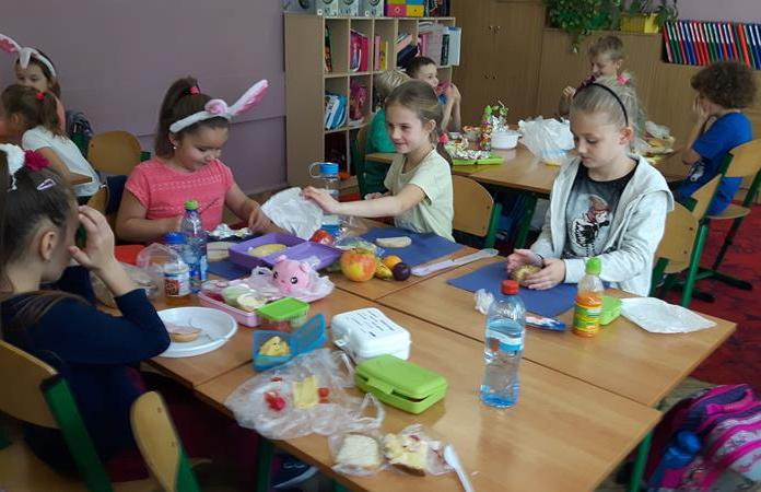 """Uczniowie klasy 2b podczas Ogólnopolskiej akcji """"Śniadanie daje moc"""" image"""