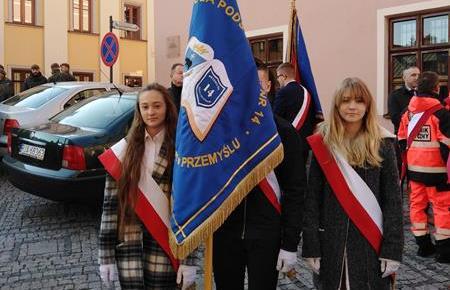 Udział pocztu sztandarowego szkoły w uroczystościach 100-lecia Odzyskania Niepodległości image