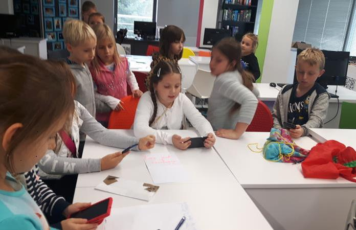 """Uczniowie klasy 2b podczas warsztatów """"Kody QR – zabawy w kreatywne kodowanie"""" w Bibliotece Publicznej."""