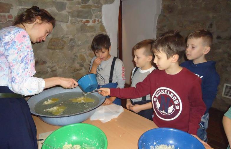 Chłopcy z klasy 2a  podczas warsztatów w Muzeum Historii Miasta Przemyśla
