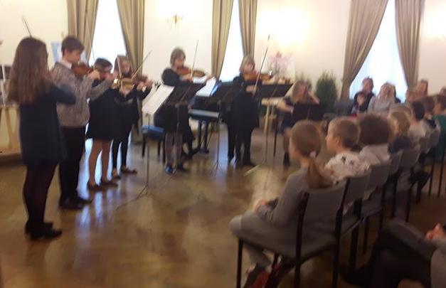 Uczniowie klasy 2b na koncercie utworów patriotycznych