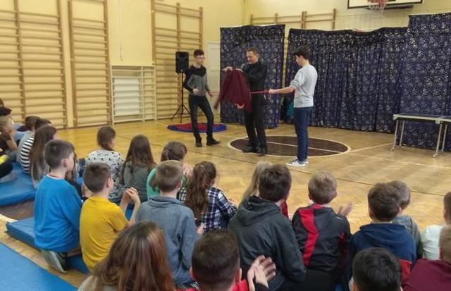 Czary mary, hokus pokus - Iluzjonista w naszej szkole. image