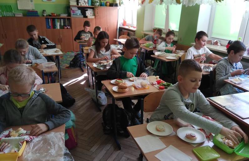 """Uczniowie klasy 3b podczas ogólnopolskiej akcji """"Śniadanie daje moc"""" image"""