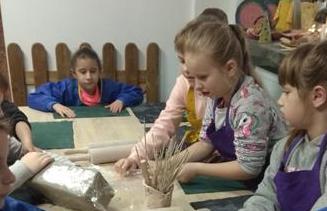 """Uczniowie klasy 2 c w Pracowni Ceramiki Artystycznej """"Zapiecek"""" image"""