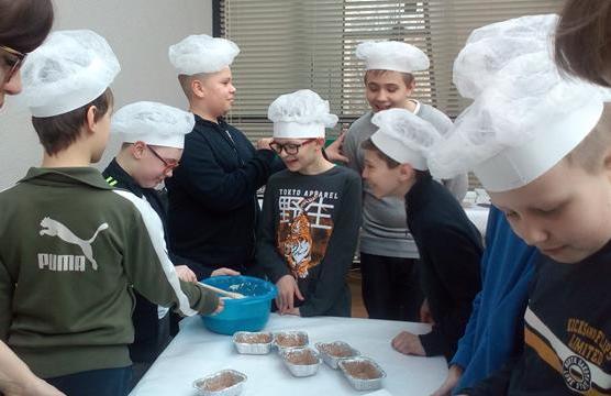 Klasa 5d na warsztatach pt. Od ziarenka do bochenka - pieczemy chleby do Muzeum Ziemi Przemyskiej image