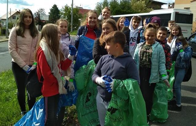 Klasy 7c i 6e podczas ogólnopolskiej akcji sprzątaMY! image